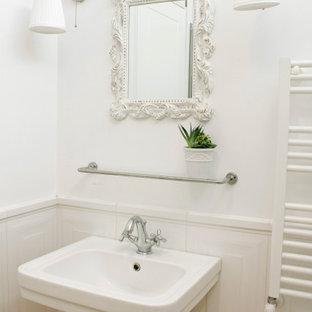 Idéer för ett mellanstort shabby chic-inspirerat badrum med dusch, med en hörndusch, vit kakel, keramikplattor, vita väggar, bambugolv, ett piedestal handfat och dusch med gångjärnsdörr