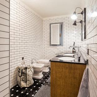 Esempio di una stanza da bagno classica di medie dimensioni con pistrelle in bianco e nero, piastrelle in ceramica, pavimento con piastrelle in ceramica, lavabo sottopiano, top in marmo e ante in legno scuro