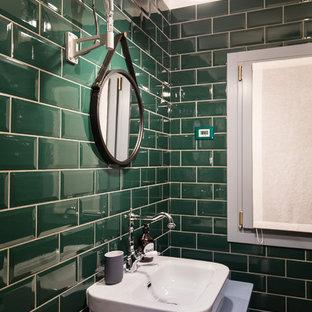 Ispirazione per una stanza da bagno con doccia shabby-chic style con doccia ad angolo, WC a due pezzi, piastrelle verdi, piastrelle diamantate, pavimento in legno massello medio, lavabo a bacinella e top in legno