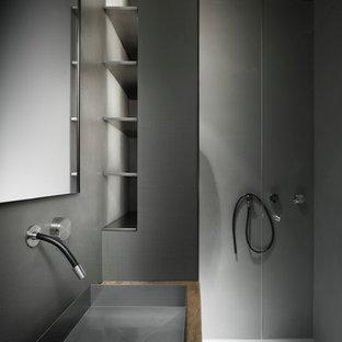 Kleines Modernes Duschbad mit offenen Schränken, bodengleicher Dusche, Bidet, grauer Wandfarbe, Trogwaschbecken und Waschtisch aus Holz in Mailand