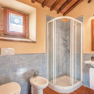 Foto di una stanza da bagno padronale country di medie dimensioni con vasca idromassaggio, zona vasca/doccia separata, WC a due pezzi, piastrelle in gres porcellanato, pavimento in terracotta, lavabo a bacinella, top in marmo, pavimento rosso e porta doccia scorrevole