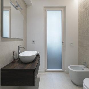 Idee per una stanza da bagno con doccia minimalista con ante lisce, ante in legno bruno, bidè, piastrelle grigie, pareti bianche, lavabo a bacinella, top in legno, pavimento grigio e top marrone