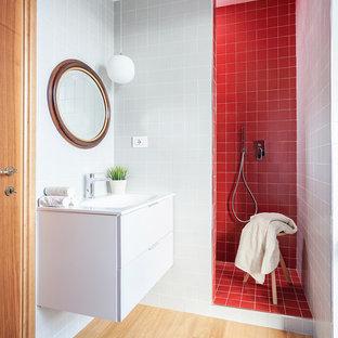 На фото: маленькая ванная комната в современном стиле с плоскими фасадами, белыми фасадами, красной плиткой, красными стенами, светлым паркетным полом, душевой кабиной, бежевым полом, открытым душем, открытым душем и подвесной раковиной с
