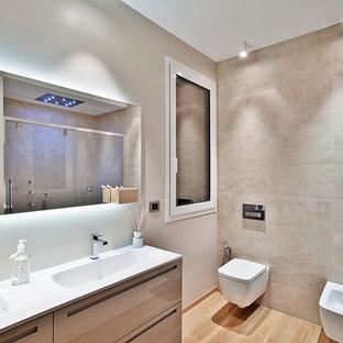 Idee per una stanza da bagno moderna con ante marroni, WC sospeso, parquet chiaro, lavabo integrato e ante lisce