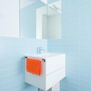 Foto di una stanza da bagno contemporanea di medie dimensioni con ante lisce, ante bianche, piastrelle in ceramica, pareti bianche e lavabo integrato