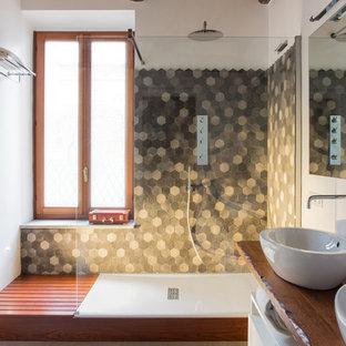 Esempio di una stanza da bagno con doccia mediterranea di medie dimensioni con ante lisce, ante bianche, piastrelle in ceramica, pareti bianche, lavabo a bacinella, top in legno, doccia ad angolo, piastrelle grigie, pavimento grigio e doccia aperta