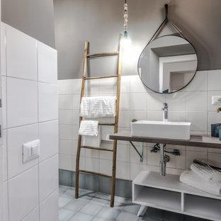 Idee per una stanza da bagno design con piastrelle bianche, pareti grigie, lavabo a bacinella, pavimento grigio, top grigio e un lavabo