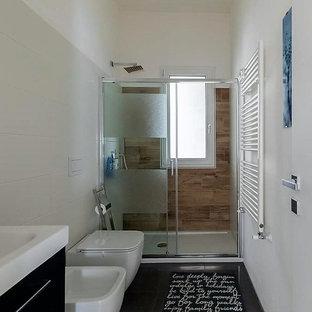 Modernes Duschbad mit flächenbündigen Schrankfronten, schwarzen Schränken, offener Dusche, Wandtoilette, weißen Fliesen, Porzellanfliesen, weißer Wandfarbe, Porzellan-Bodenfliesen, Einbauwaschbecken, Quarzit-Waschtisch, schwarzem Boden, Schiebetür-Duschabtrennung und weißer Waschtischplatte in Sonstige