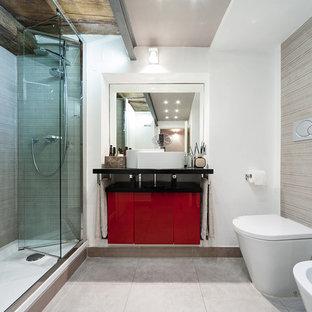 Immagine di una stanza da bagno con doccia design di medie dimensioni con ante lisce, ante rosse, doccia alcova, bidè, pareti bianche, pavimento con piastrelle in ceramica, lavabo a bacinella, pavimento beige e porta doccia a battente