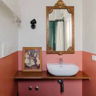 Ispirazione per una stanza da bagno con doccia mediterranea di medie dimensioni con WC sospeso, pareti multicolore, pavimento in gres porcellanato, lavabo a bacinella, top in legno, pavimento blu, top marrone e mobile bagno sospeso