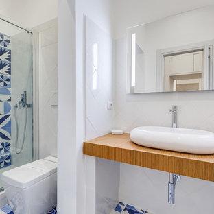 Foto di una stanza da bagno con doccia contemporanea di medie dimensioni con doccia alcova, bidè, piastrelle blu, piastrelle bianche, piastrelle in ceramica, pareti bianche, pavimento con piastrelle in ceramica, lavabo a bacinella, top in laminato, pavimento blu e porta doccia scorrevole