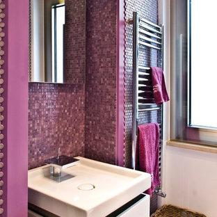 Imagen de cuarto de baño actual, pequeño, con armarios con paneles lisos, puertas de armario de madera clara, ducha esquinera, sanitario de dos piezas, baldosas y/o azulejos rosa, baldosas y/o azulejos de porcelana, paredes blancas, suelo de madera clara, lavabo encastrado y encimera de cuarzo compacto