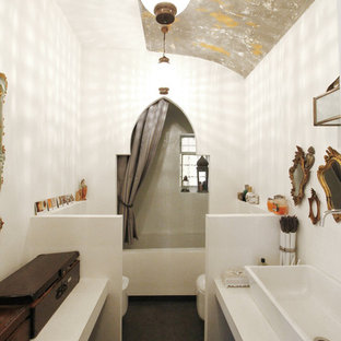 Esempio di una stanza da bagno con doccia boho chic di medie dimensioni con lavabo rettangolare, ante beige, pareti bianche, vasca ad alcova, vasca/doccia, WC monopezzo, doccia con tenda, top bianco, pavimento in cemento, top in cemento e pavimento grigio