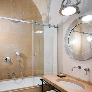 Idee per una stanza da bagno mediterranea con nessun'anta, vasca sottopiano, vasca/doccia, piastrelle beige, pareti bianche, lavabo sottopiano, porta doccia scorrevole e top beige