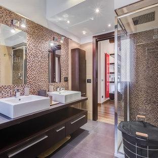Foto di una stanza da bagno minimal di medie dimensioni con ante in legno scuro, piastrelle beige, piastrelle a mosaico, pavimento in gres porcellanato, lavabo a bacinella, top in legno, doccia ad angolo e pareti multicolore