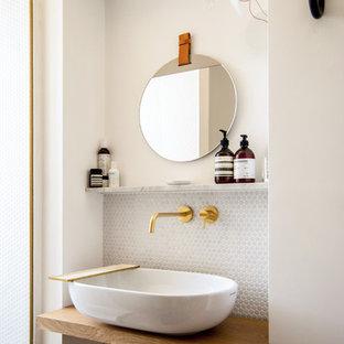 Ejemplo de cuarto de baño escandinavo con baldosas y/o azulejos en mosaico, paredes blancas, lavabo sobreencimera, encimera de madera, baldosas y/o azulejos grises y encimeras marrones