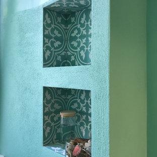 Diseño de cuarto de baño contemporáneo con baldosas y/o azulejos verdes, suelo verde, baldosas y/o azulejos de cemento y suelo de azulejos de cemento