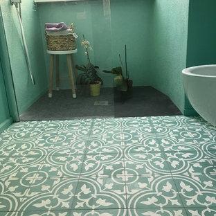 Foto de cuarto de baño moderno con ducha a ras de suelo, baldosas y/o azulejos verdes, baldosas y/o azulejos de cemento, paredes verdes, suelo de azulejos de cemento, suelo verde y ducha abierta