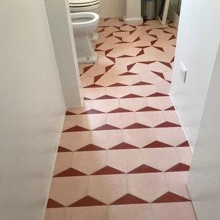 Ejemplo de cuarto de baño con ducha, moderno, de tamaño medio, con suelo de azulejos de cemento y suelo rosa