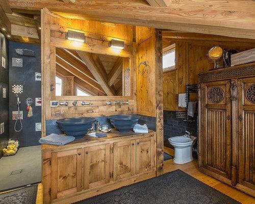 immagine di una stanza da bagno padronale in montagna con ante in stile shaker ante