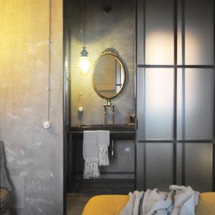 Idee per una stanza da bagno con pareti grigie, un lavabo e mobile bagno freestanding