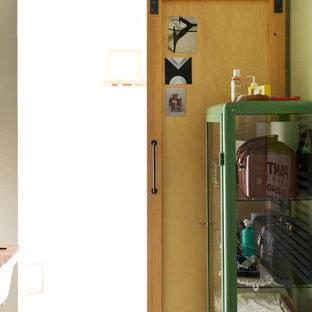 Foto di una piccola stanza da bagno con doccia industriale con nessun'anta, doccia doppia, WC a due pezzi, pareti verdi, pavimento in cemento, lavabo rettangolare, pavimento grigio e doccia con tenda