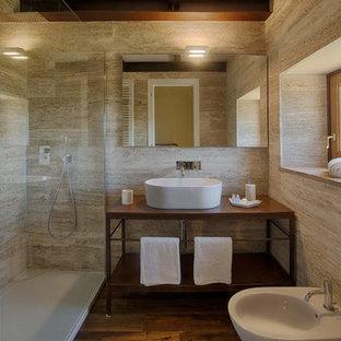 Idee per una stanza da bagno design con nessun'anta, ante in legno bruno, bidè, lavabo a bacinella, top marrone, doccia ad angolo, piastrelle beige, pareti beige, pavimento in legno massello medio, pavimento marrone e doccia aperta