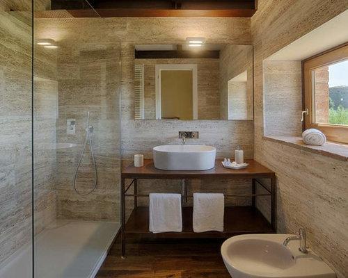 Bagno Beige E Marrone : Bagno con pavimento in legno massello medio e piastrelle beige