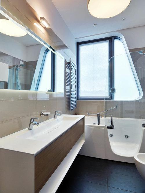 Kleines Modernes Badezimmer En Suite Mit Flächenbündigen Schrankfronten,  Whirlpool, Duschbadewanne, Beigefarbenen Fliesen,