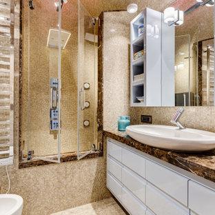 Bild på ett mellanstort funkis brun brunt en-suite badrum, med marmorgolv, luckor med infälld panel, turkosa skåp, ett platsbyggt badkar, en dusch/badkar-kombination, en vägghängd toalettstol, beige kakel, marmorkakel, beige väggar, ett fristående handfat, marmorbänkskiva, beiget golv och dusch med gångjärnsdörr