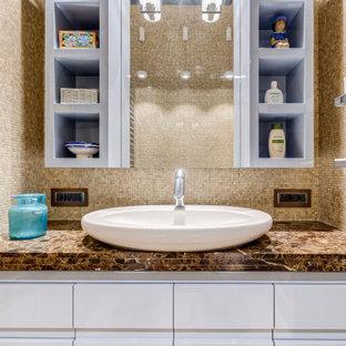 Idéer för ett mellanstort eklektiskt brun en-suite badrum, med marmorgolv, luckor med infälld panel, turkosa skåp, beige kakel, marmorkakel, beige väggar, ett fristående handfat, marmorbänkskiva och beiget golv