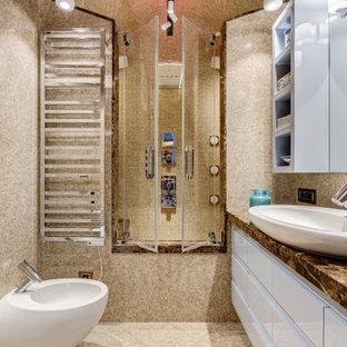 Idéer för att renovera ett mellanstort funkis brun brunt en-suite badrum, med marmorgolv, luckor med infälld panel, turkosa skåp, ett platsbyggt badkar, en dusch/badkar-kombination, beige kakel, marmorkakel, beige väggar, marmorbänkskiva, beiget golv och dusch med gångjärnsdörr