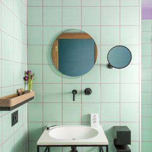 Ejemplo de cuarto de baño actual con baldosas y/o azulejos verdes, paredes púrpuras, lavabo tipo consola y suelo verde