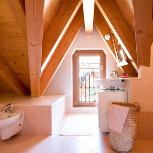 Idée de décoration pour une salle de bain design avec des portes de placard blanches, une baignoire en alcôve, un carrelage beige, une vasque, un sol beige, un plan de toilette blanc, meuble simple vasque, meuble-lavabo sur pied, un plafond en poutres apparentes et un plafond voûté.