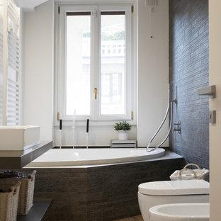 Idee per una stanza da bagno design di medie dimensioni con nessun'anta, ante grigie, vasca da incasso, vasca/doccia, bidè, piastrelle grigie, pareti bianche, parquet chiaro, lavabo a bacinella, pavimento beige, doccia aperta e top grigio