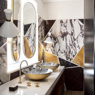Bild på ett mellanstort funkis vit vitt en-suite badrum, med möbel-liknande, skåp i mellenmörkt trä, flerfärgad kakel, porslinskakel, vita väggar, mellanmörkt trägolv, ett fristående handfat och beiget golv