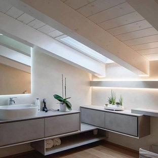 Ispirazione per una stanza da bagno minimal con ante lisce, ante beige, pareti beige, parquet chiaro, lavabo a bacinella e pavimento beige