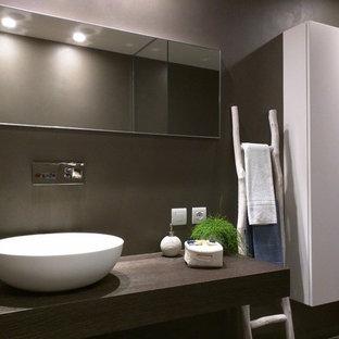Immagine di una stanza da bagno contemporanea di medie dimensioni con ante lisce, ante bianche, pareti multicolore, lavabo a bacinella e top in legno