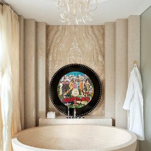 Idée de décoration pour une très grande salle de bain principale design avec une baignoire indépendante, du carrelage en marbre, un sol en marbre, un sol beige et un mur vert.