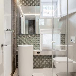 Idee per una piccola stanza da bagno con doccia design con WC sospeso, pareti multicolore, lavabo a colonna, pavimento bianco, doccia ad angolo e porta doccia a battente