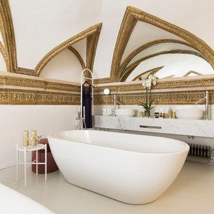 Ispirazione per una stanza da bagno classica con vasca freestanding, pareti bianche, lavabo a bacinella, pavimento beige e top bianco