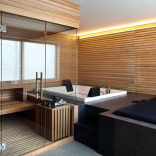 Foto di una stanza da bagno minimal con vasca idromassaggio