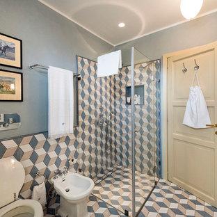 Foto di una stanza da bagno con doccia country di medie dimensioni con doccia ad angolo, piastrelle multicolore, piastrelle in ceramica e porta doccia a battente