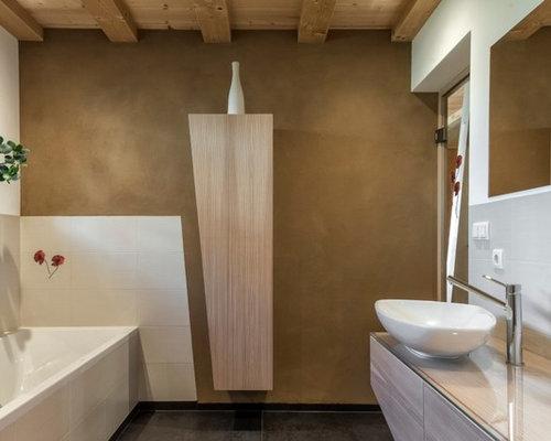 Stanza da bagno con piastrelle bianche e pareti grigie foto