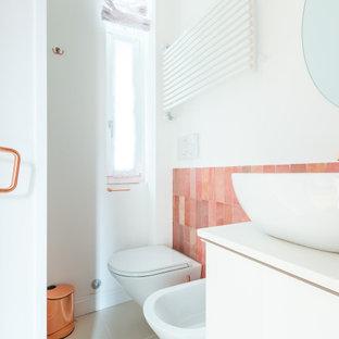Modelo de cuarto de baño con ducha, escandinavo, pequeño, con armarios con paneles lisos, puertas de armario blancas, ducha empotrada, sanitario de pared, baldosas y/o azulejos rosa, baldosas y/o azulejos de cerámica, paredes blancas, suelo de baldosas de porcelana, lavabo sobreencimera, suelo beige, ducha con puerta corredera y encimeras blancas