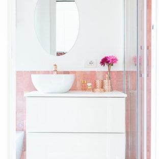 Idee per una piccola stanza da bagno con doccia minimal con ante lisce, ante bianche, doccia alcova, piastrelle rosa, pareti bianche, lavabo a bacinella, pavimento grigio, porta doccia scorrevole e top bianco