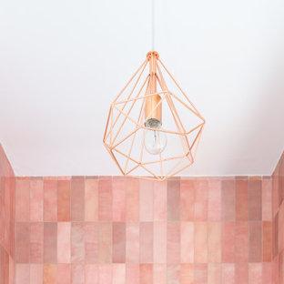 Пример оригинального дизайна: маленькая ванная комната в скандинавском стиле с плоскими фасадами, белыми фасадами, душем в нише, розовой плиткой, белыми стенами, душевой кабиной, настольной раковиной, серым полом, душем с раздвижными дверями и белой столешницей