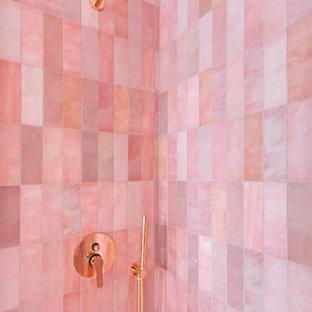 Exemple d'une petite salle de bain scandinave avec un placard à porte plane, des portes de placard blanches, un WC suspendu, un carrelage rose, des carreaux de céramique, un mur blanc, un sol en carrelage de porcelaine, une vasque, un sol beige, une cabine de douche à porte coulissante et un plan de toilette blanc.