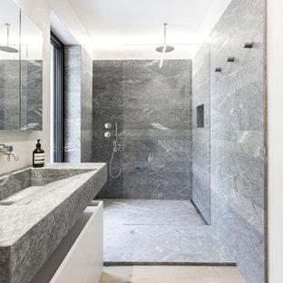 Esempio di una stanza da bagno moderna con ante lisce, ante bianche, doccia alcova, piastrelle grigie, pareti bianche, parquet chiaro, lavabo rettangolare, pavimento beige, doccia aperta e top grigio