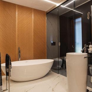 Esempio di una grande stanza da bagno padronale contemporanea con vasca freestanding, doccia alcova, pareti nere, pavimento in gres porcellanato, pavimento beige e porta doccia a battente